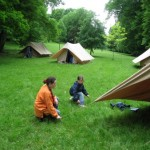 Un bon chef apprend aux enfants des tas de chose, comme monter une tente